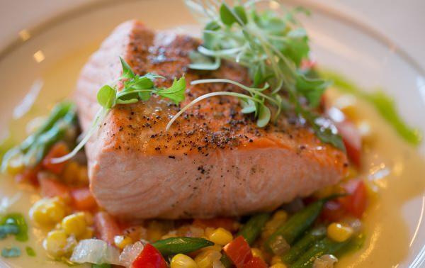кусок жирной красной рыбы