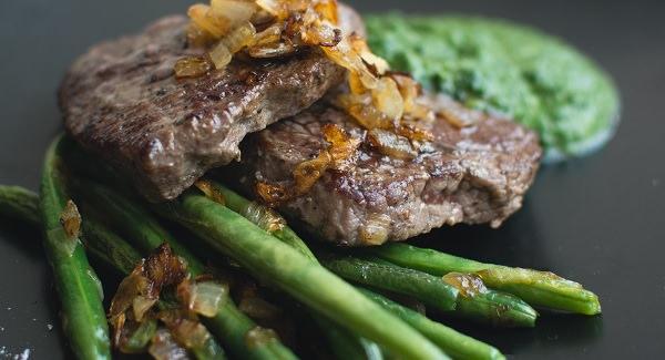 жареное мясо с луком и фасолью