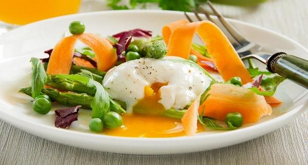 яйца всмятку в салате
