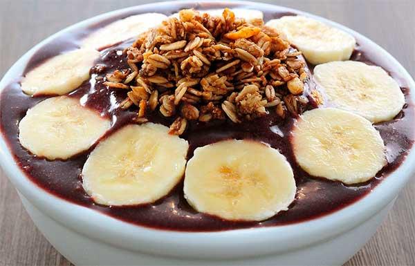 десерт с бананами и ягодами асаи