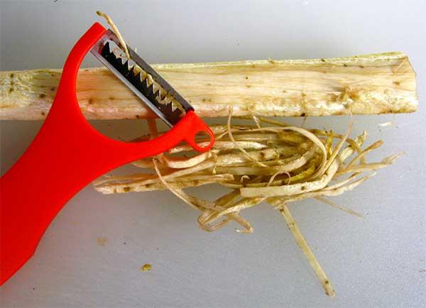 овощечистка и корень лопуха
