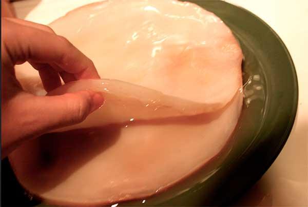 Процесс отделения нового чайного гриба от старого