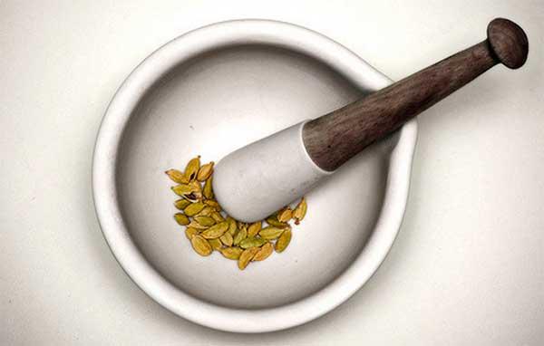 семена кардамона в ступке