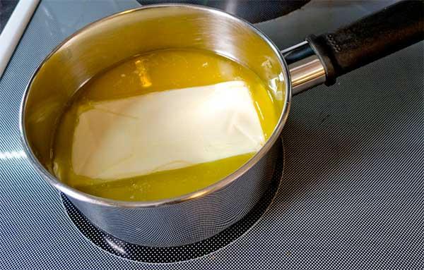 сливочное масло, перетапливаемое в сотейнике