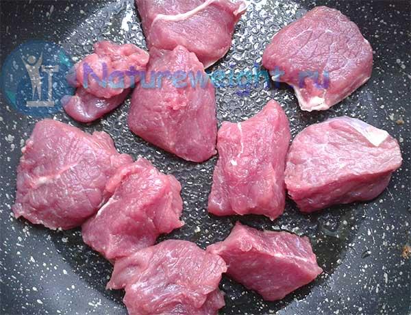 куски мякоти говядины на сковороде
