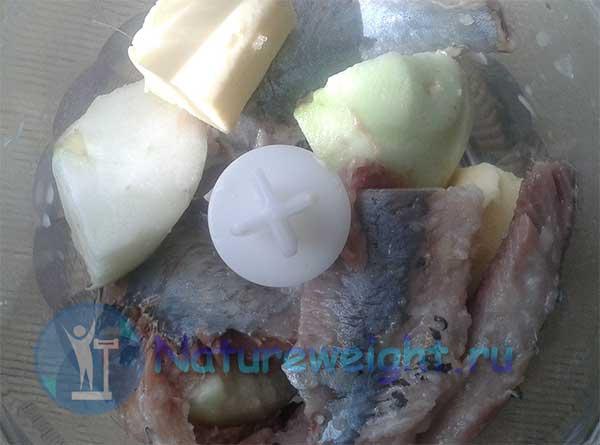 селедка, яблоки и сливочное масло в блендере