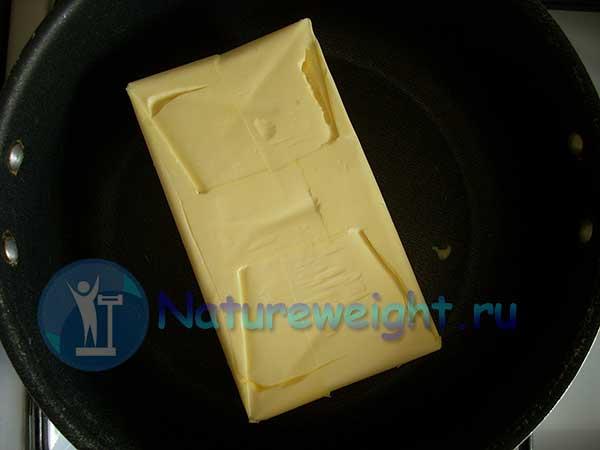 сливочное масло в кастрюле