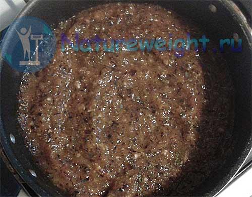 заготовка для сливового соуса в кастрюле