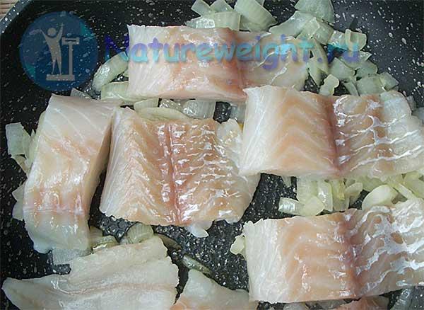 филе белой морской рыбы и лук