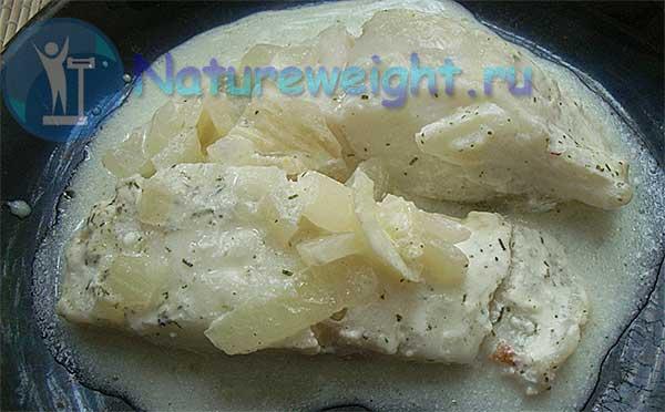 треска в сметанном соусе с луком