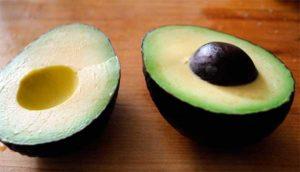 разрезанный плод авокадо