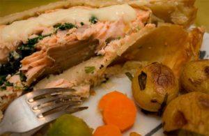 запеченная красная рыба на тарелке