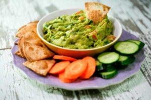 соус из авокадо с овощными чипсами