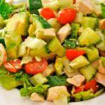 салат с черри, авокадо с курицей