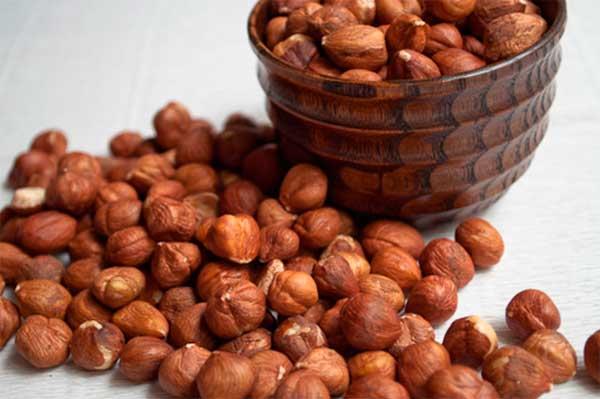 стаканчик с орешками лесными