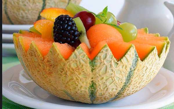 кусок дыни с другими фруктами