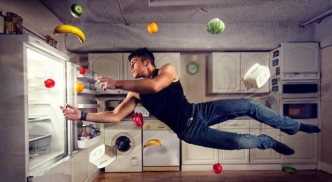 мужчина и холодильник