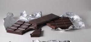 плитка черного горького шоколада