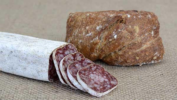 копченая колбаса и хлеб
