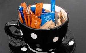 пакетики с заменителями сахара в чашке