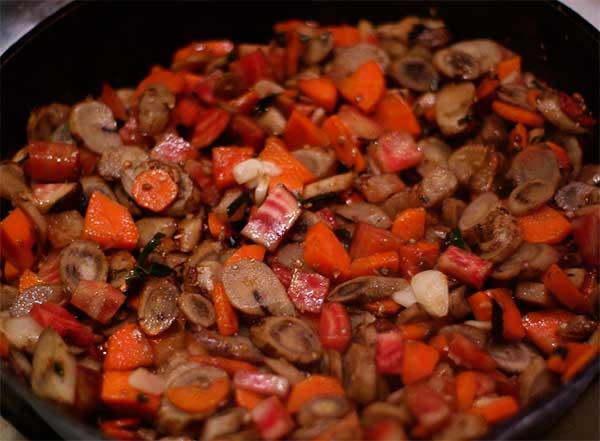 корень лопуха, тушеный с овощами и беконом