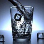 стакан воды и кубики льда