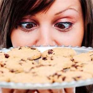 девушка смотрит на выпечку