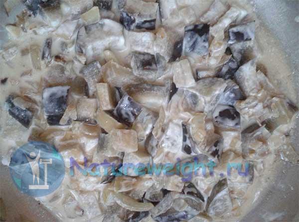 Баклажаны в сметане с чесноком и луком