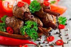 мясные рулетики со специями и овощами - пример правильного питания