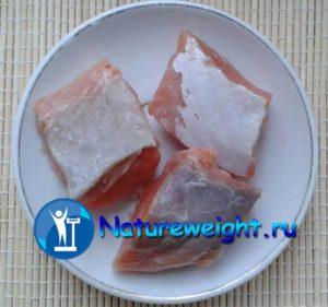 кусочки домашней малосоленой красной рыбы
