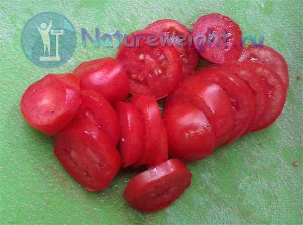 порезанные кружками томаты