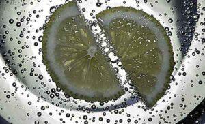 вода с пузырьками и лимоном
