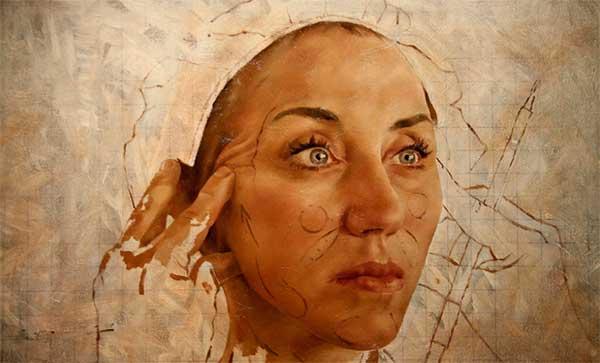 рисунок женщины, разглаживающей себе морщины