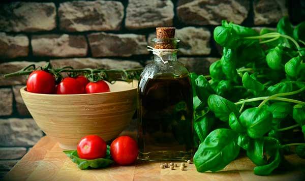 базилик, помидоры, масло