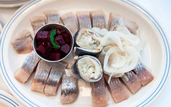 Какова польза сельди (обычной и соленой), есть ли у этой рыбы какой-то вред?