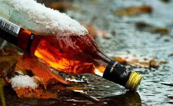 бутылка темного алкоголя, усиливающего похмелье