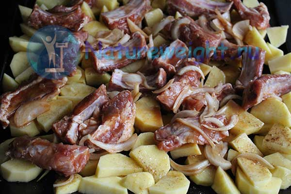 куски свинины с картошкой