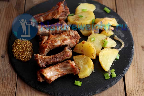 картошка и свиные ребра на тарелке