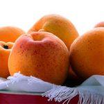 оранжевые плоды на салфеточке