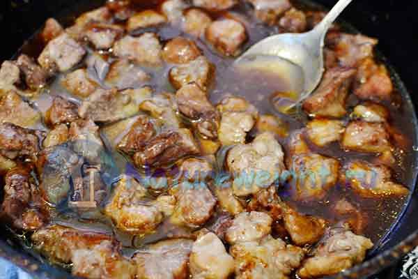кусочки мяса в соусе