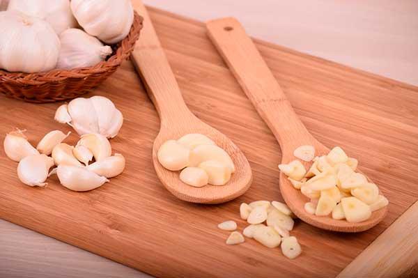 Главные лечебные свойства чеснока, сравнение пользы и вреда