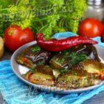 баклажаны натурального квашения на тарелке