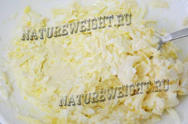 смешивание сыра с яйцами