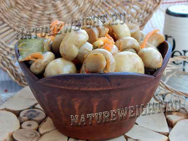 грибы по-корейски, поданные к столу