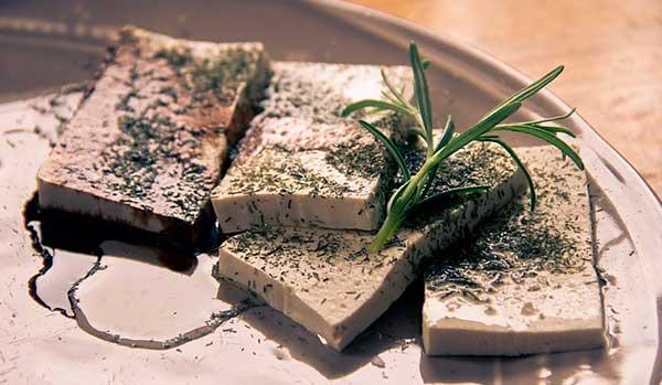 куски сыра тофу