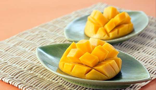 мякоть манго на ложке