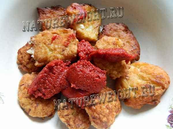 луковые котлетки и томатная паста