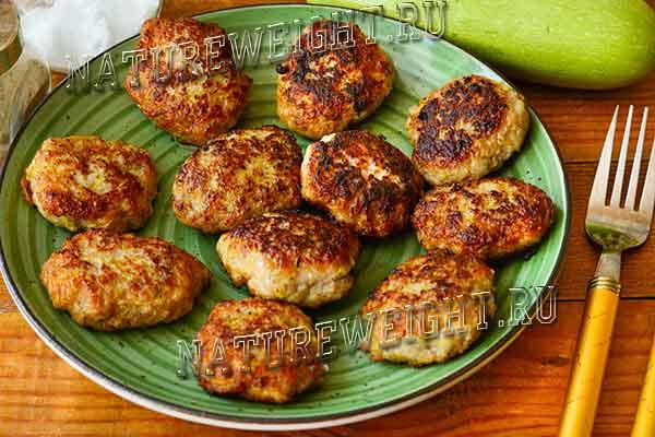 готовые кабачковые оладьи с мясом