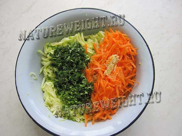 добавление моркови и зелени