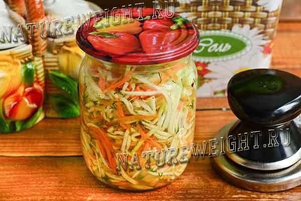 банка с салатом из кабачков по-корейски